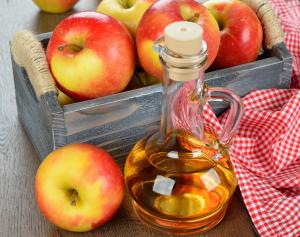 làm trắng răng bằng giấm táo